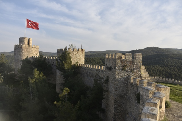Boyabat Kalesi  Boyabat ilçesinin bulunduğu Gökırmak Vadisi'nde, karşılıklı sarp iki kayalık tepeden biri üzerinde kurulmuştur. Kale, kayaların doğal yapısına uygun şekilde inşa edilmiştir. Kale bedenleri arasındaki kulelerin bazıları dikdörtgen bazıları yuvarlak olarak yapılmış olup iç kısmında kulelere çıkan merdivenler yer almaktadır. Kaleye giriş güneydoğu köşesinden büyük yuvarlak kulenin yanındaki küçük bir kapıdan sağlanmaktadır. Geç Roma, Erken Bizans dönemine ait buluntuların da sergilendiği yapı, bugünkü haliyle Osmanlı Kalesi özelliği göstermektedir. Bu durum kalenin, Geç Roma döneminden Osmanlı dönemine kadar kullanıldığını göstermektedir. Bugünkü durumu ile sur ve burçları ile yapım malzemesi, Osmanlı Kalesi olduğunu açıkça ortaya koyar. Ancak kalenin temelleri daha önceden atılmıştır.
