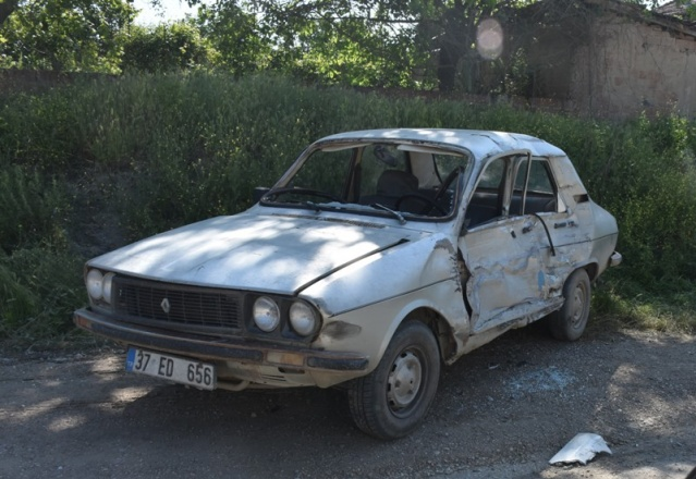 Araçta bulunan bir kişi şans eseri hafif şekilde yaralanırken maddi hasar meydana geldi.  -Mahmut Coşkun