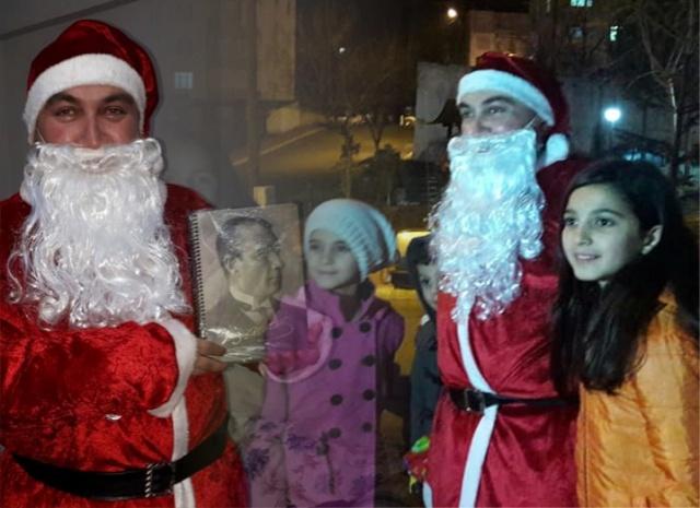 Noel Baba Boyabat'ta Hediye Dağıttı  Boyabat'ta yılbaşı sebebiyle noel baba kıyafeti giyen işletme sahibi Yücel Sönmez bazı vatandaşların evini ziyaret etti.
