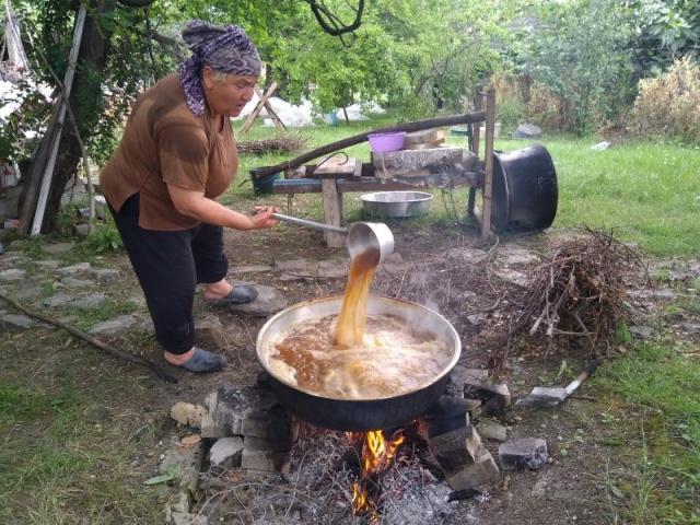 Pekmez sezonu açıldı     Sinop'un köylerinde dut, armut, karpuz, erik gibi meyvelerden pekmezler yapılıyor.
