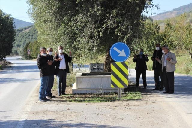 Yolun ortasındaki mezar sürücüleri şaşırtıyor    Ana yolda ilerleyen sürücüler aniden mezarla karşılaşınca hayrete düşüyor.