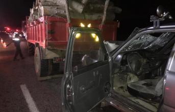 Hafif Ticari Araç Traktöre Çarptı ,Sevilen Esnaf Hayatını Kaybetti