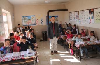 Boyabatlı fedakar öğretmen tüm gününü öğrencileri ile geçiriyor
