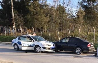 Çaldığı araçla kaçarken  polis aracına çarptı