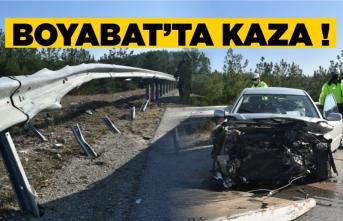 Boyabat'ta virajı alamayan araç bariyerlere  çarptı !