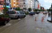 Boyabat'ta 20 dakika yağan sağanak yağmur yolları...