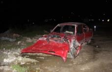 Otomobil, yol kenarındaki toprak yığınına çarptı: 2 yaralı