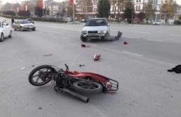 Kırmızı ışıkta kavşağa giren motosiklet otomobile çarptı