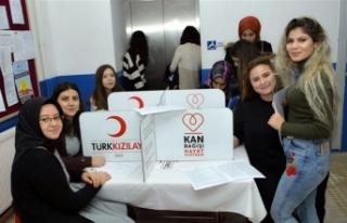 Üniversite öğrencilerinden kan bağışı kampanyasına...