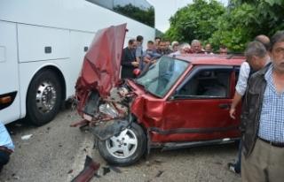 Otobüs ile Otomobil Çarpıştı 3 Yaralı