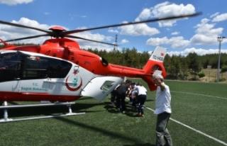 Boyabat'ta otomobilin çarptığı genç, helikopterle...