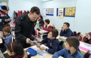 Boyabat jandarma ekipleri çocuk dergisi dağıttı