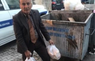 Çöpe atılan ekmekleri toplayarak hayvanlara veriyor