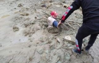 Yaşlı adam battığı çamurdan zorlukla kurtarıldı...