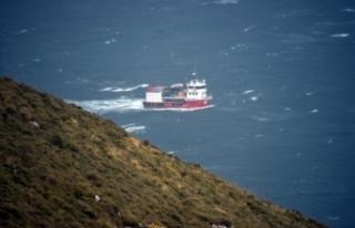 Fırtınaya yakalanan balıkçı gemisinin zor anları