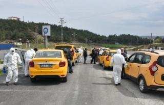 Boyabat'taki ticari taksiler ongünde bir dezenfekte...