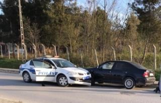 Çaldığı araçla kaçarken polis aracına çarptı...
