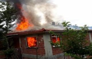 Korkutan yangın ! Bir ev kullanılamaz hale geldi