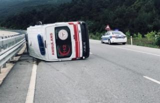 Samsun'a giden 112 Ambulansı devrildi