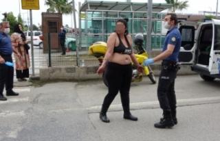 Yarı çıplak yola atladı polis son anda kurtardı