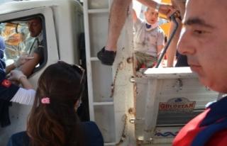 Freni boşalan kamyonet üst geçide çarptı: 2 yaralı...