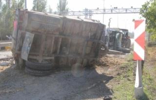 Küspe yüklü traktör ile kamyon çarpıştı:...