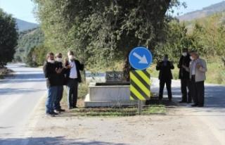 Yolun ortasındaki mezar sürücüleri şaşırtıyor