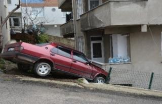 Kendiliğinden hareket eden otomobil bir evin balkonuna...