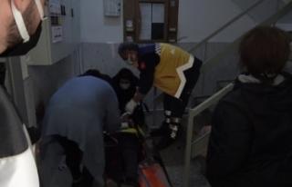 Merdivenden düşen yaşlı kadın hastanelik oldu