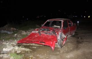 Otomobil, yol kenarındaki toprak yığınına çarptı:...