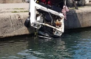 Denize düşen otomobil sürücüsü kendi imkanları...