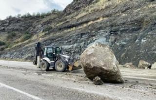 Boyabat Kastamonu yolunda kayalar karayolunu trafiğe...