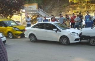 Boyabat Köy Pazarı önünde üç araç zincirleme...