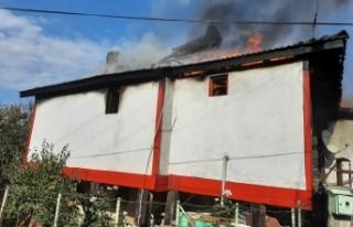 Saraydüzü ilçesinde İki katlı ahşap ev yanarak...