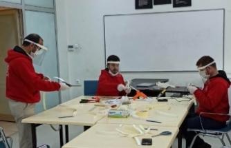 Boyabat Gençlik Merkezi gençleri sağlıkçılar için maske üretti.