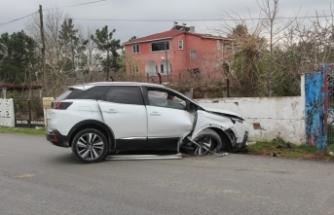 Cip bahçe duvarına çarptı: 3 yaralı