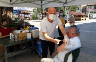 Boyabat Büyük Cami önünde aşı standı açıldı