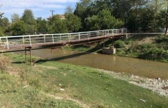 Boyabat Bağlar Mevkiinde bulunan demir köprü tehlike saçıyor