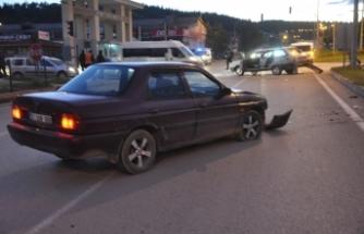 Boyabat Sanayi Kavşağı Trafik Kazası 3 Yaralı