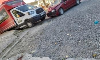 Otomobil kaldırımda bulunan yayalara çarptı: 1'i ağır 2 yaralı