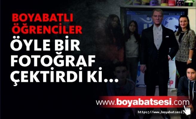 Boyabatlı Öğrenciler Mustafa Kemal Atatürk'ün Üç Boyutlu Görüntüsü İle Fotoğraf Çektirdi