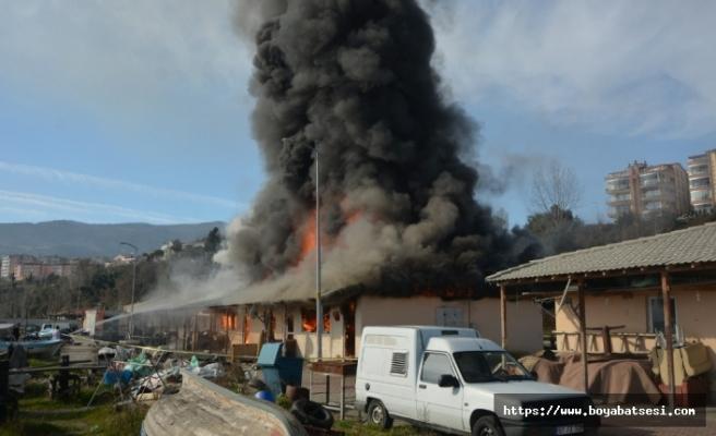 Gerze'de Çıkan Yangında 16 Balık Satış Dükkanı Kül Oldu