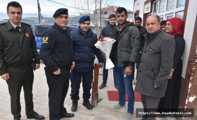 Jandarma Ve Askerlik Şube Komutanları yaralanan askeri köyünde ziyaret ettiler.