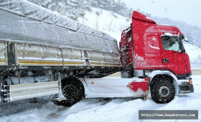Boyabat'ta karda kayan tır, yolu ulaşıma kapattı