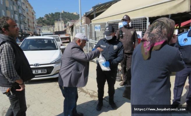 Boyabat Emniyetinden vatandaşlara maske dağıtımı