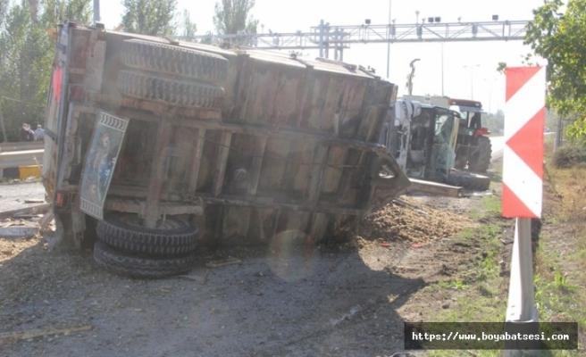 Küspe yüklü traktör ile kamyon çarpıştı: 2 yaralı