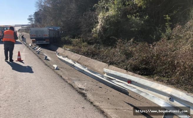 Direksiyonu kilitlenen kamyon, bariyerlere çarptı