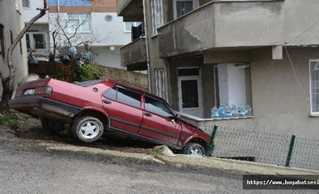 Kendiliğinden hareket eden otomobil bir evin balkonuna girdi.