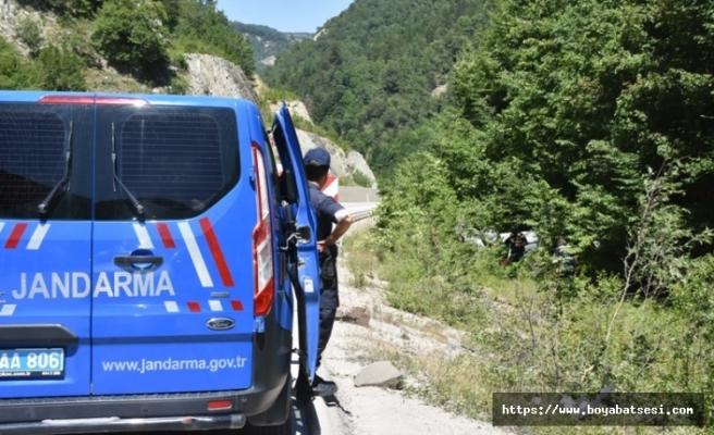 Boyabat Sinop yolunda otomobil şarampole yuvarlandı: 2 yaralı