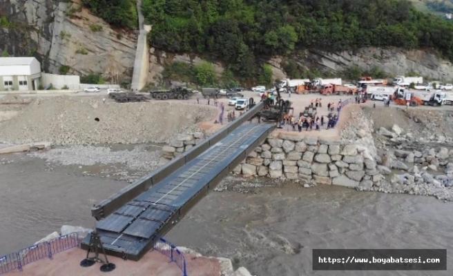 Ayancık'ta selin yıktığı köprünün yerine askeri köprü